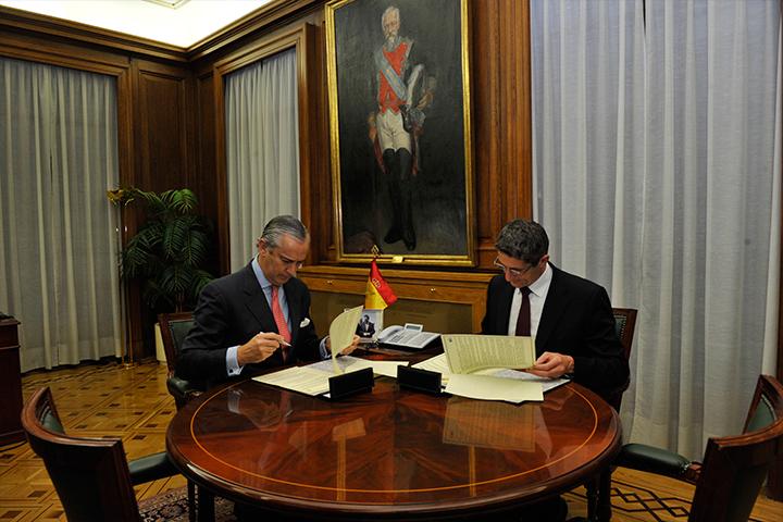 El Director General firma un acuerdo de colaboración con el Director General de la Gendarmería Nacional  Francesa