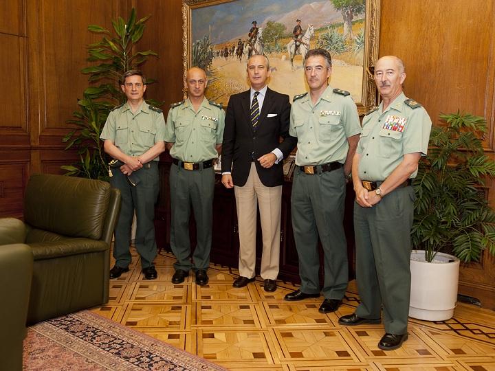 El Director General felicita a los Guardia Civiles por la resolución del robo de armas en la Base Militar de Bótoa (Badajoz)