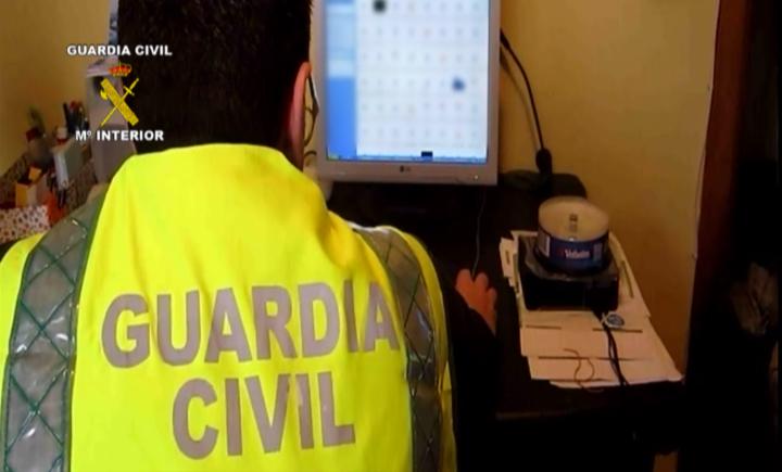 La Guardia Civil detiene a 21 personas e imputa a otras 11 por tenencia y distribución de pornografía infantil