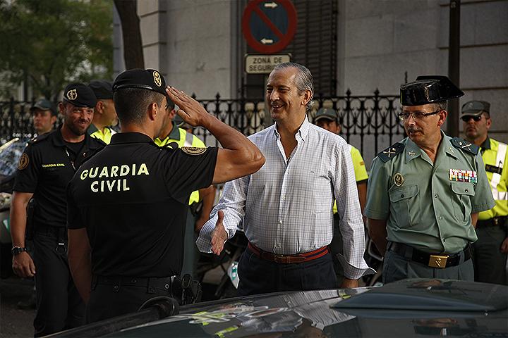 El Director General de la Guardia Civil felicita a los agentes que han participado en el dispositivo de seguridad de la Vuelta Ciclista a España