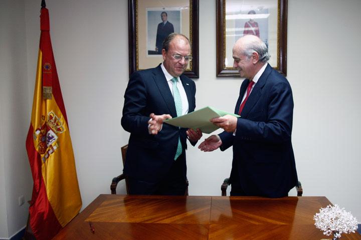 El ministro del interior y el presidente de la junta de for El ministro de interior