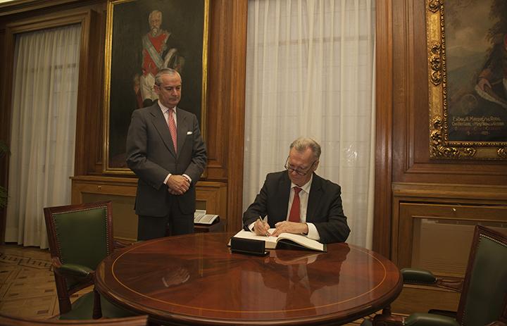 Jorg Ziercke firma en el Libro de Honor de la DGGC