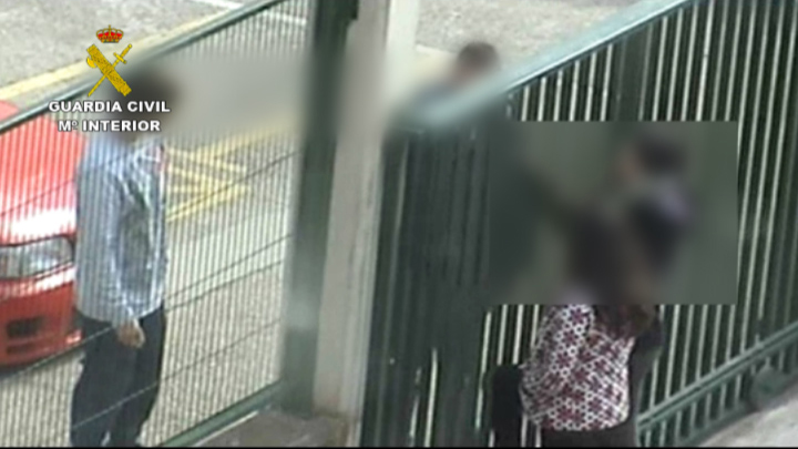 La Guardia Civil detiene a dos personas por vender droga a los alumnos de un instituto a través de la valla