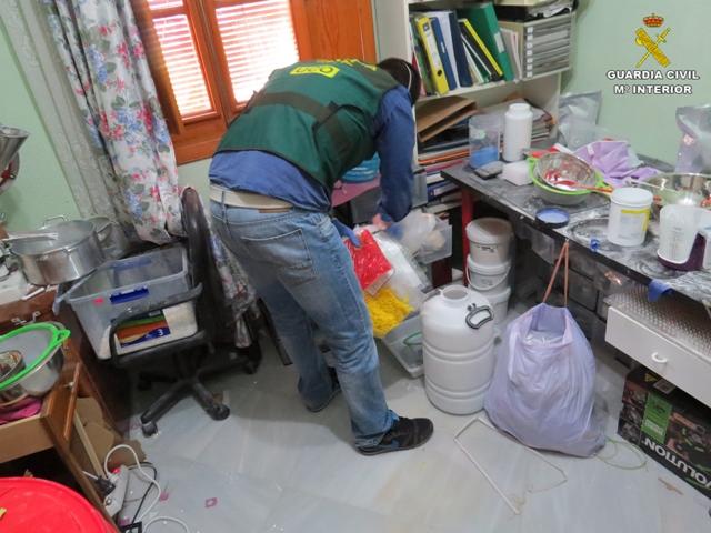 La Guardia Civil desmantela un laboratorio clandestino de fabricación de medicamentos ilegales