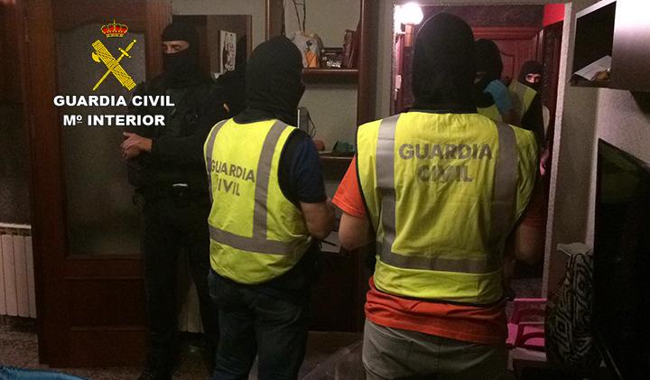 La Guardia Civil cree que la documentación incautada a los detenidos en Arbúcies (Girona) revelará datos relevantes sobre la financiación de DAESH desde España