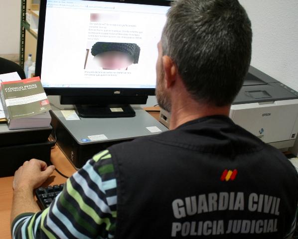 La Guardia Civil detiene a dos personas por escribir comentarios injuriosos contra un menor en redes sociales