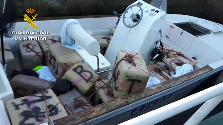La Guardia Civil detiene a dos personas por transportar 850 kilos de hachís en una embarcación