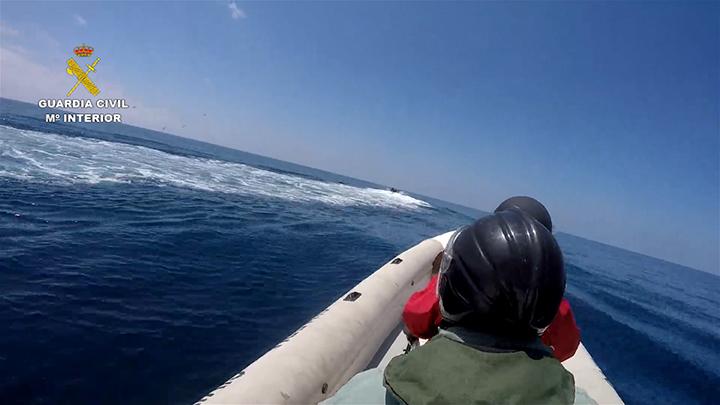 La Guardia Civil interviene en alta mar un alijo de más de dos toneladas de hachís