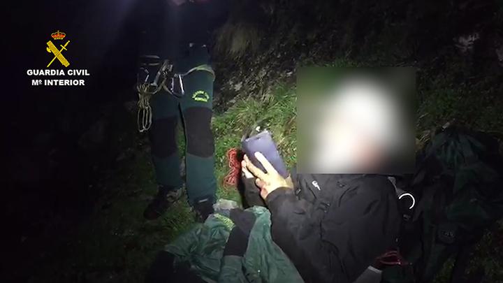 La Guardia Civil y el Grupo de Rescate de Protección Civil rescatan a un montañero inglés enriscado en Picos de Europa