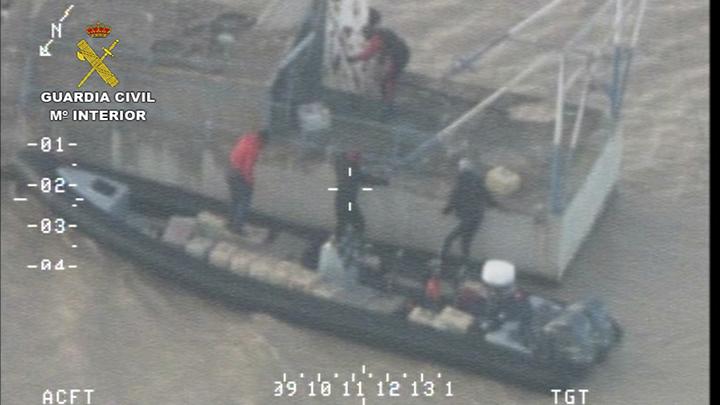 La Guardia Civil incauta en el río Guadalquivir 6 toneladas de hachís