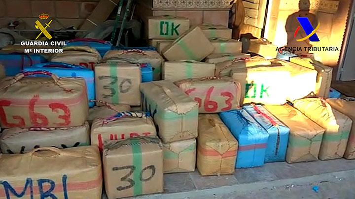 La Guardia Civil y la Agencia Tributaria desactivan una 'guardería' en La Línea con 3.400 kilos de hachís