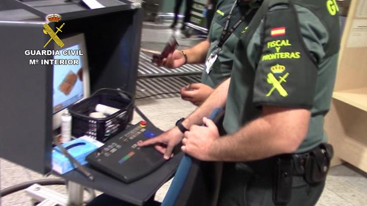 La Guardia Civil detiene en el aeropuerto de Málaga a una persona que intentaba introducir heroína en nuestro país