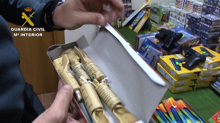 La Guardia Civil interviene más 170.000 artículos pirotécnicos que estaban almacenados para su venta