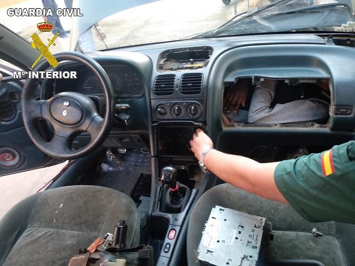 La Guardia Civil localiza, en escasas horas, cuatro vehículos con inmigrantes ocultos en dobles fondos