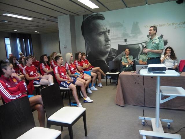 La Guardia Civil realiza una jornada de concienciación sobre seguridad y riesgos en Internet dirigida a la selección absoluta de fútbol femenino