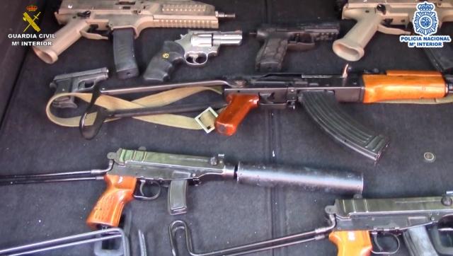 Localizado un arsenal de armas de guerra tras la desarticulación de una organización criminal holandesa en la provincia de Málaga