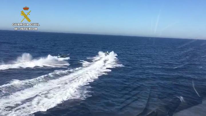 Una embarcación de la Guardia Civil sufre un accidente con una narcolancha durante una intervención frente a la costa de Mijas (Málaga)