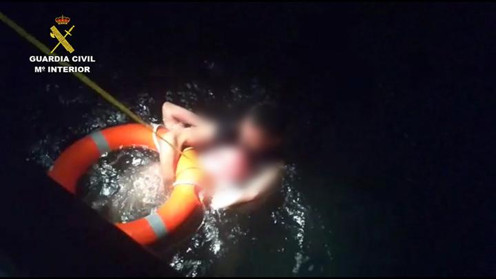 La Guardia Civil rescata a un hombre que se estaba ahogando en el puerto de Barcelona