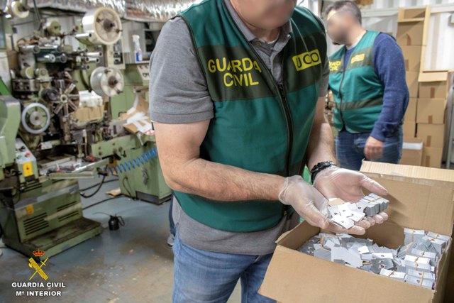 La Guardia Civil desmantela la primera fábrica clandestina de tabaco