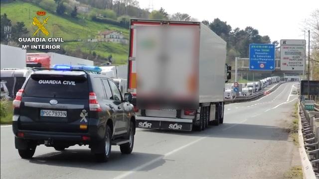 La Guardia Civil realiza el acompañamiento a un camión con material sanitario