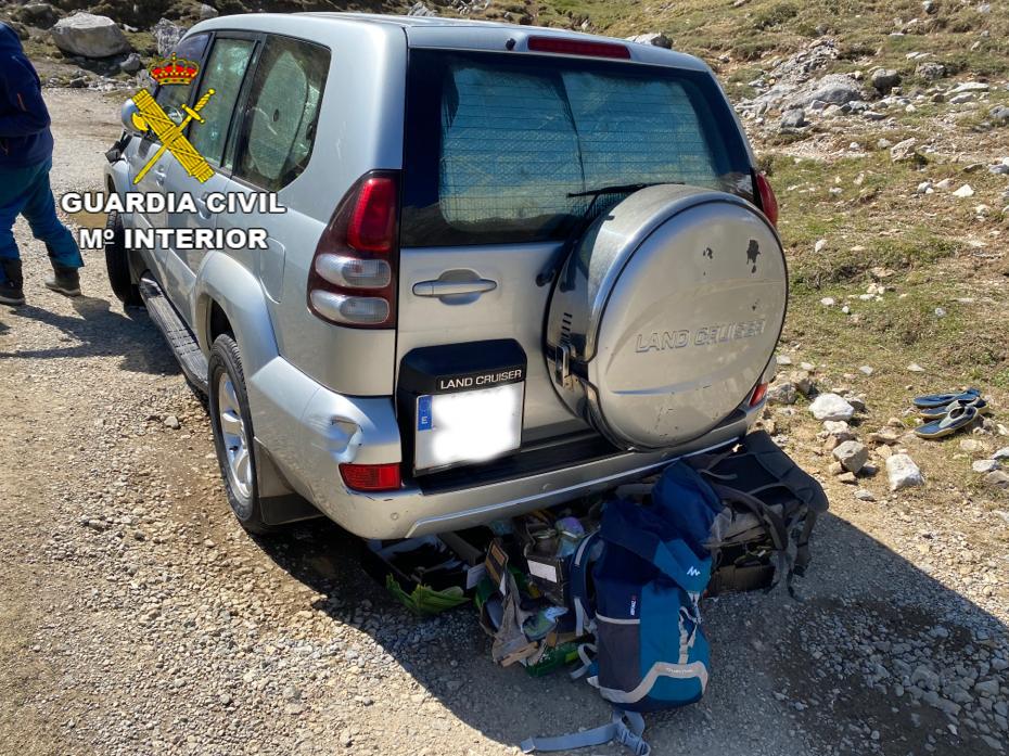 La Guardia Civil denuncia a una persona por acampar con su coche en los Picos de Europa