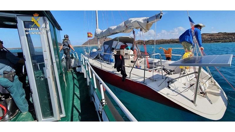 La Guardia Civil provee de víveres a dos jóvenes en un velero fondeado en la isla de Lobos (Las Palmas)