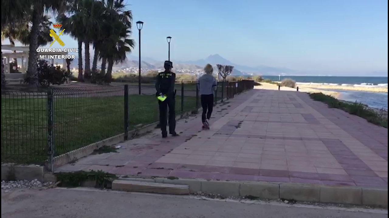 La Guardia Civil sorprende dos personas haciendo ejercicio en una playa alicantina