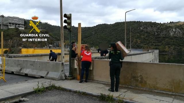 Dispositivo de entrega de medicamentos a través de la frontera hispano-lusa