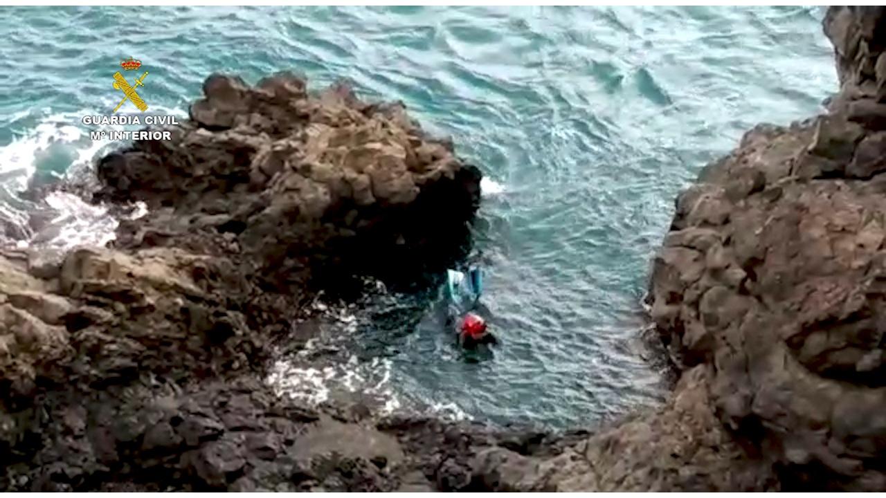 La Guardia Civil detiene a un hombre que huyó y se arrojó al mar cuando iba a ser identificado por los agentes en la localidad de Las Galletas