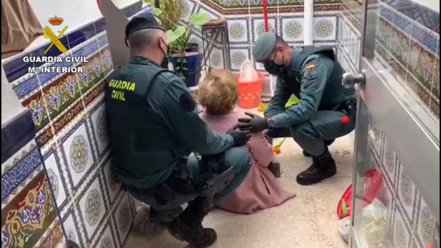 La Guardia Civil auxilia a una mujer de avanzada edad que había sufrido una caída en el interior de su domicilio