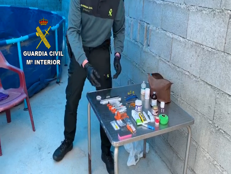 """La Guardia Civil frustra una """"pelea de gallos"""" clandestina en la localidad de Adra a la que asistían 16 personas durante el estado de alarma"""