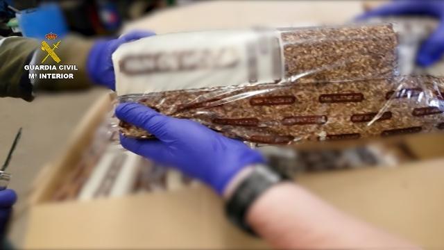 La Guardia Civil detiene a una persona que distribuía tabaco de contrabando camuflado en envases de pan de molde