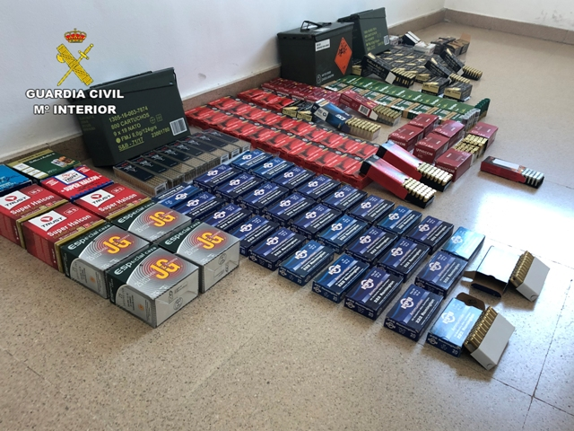 La Guardia Civil detiene 5 personas que adquirían armas de última generación con documentos falsificados de las Fuerzas Armadas