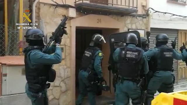 La Guardia Civil detiene a tres personas que ocuparon ilegalmente dos viviendas utilizando una como almacén de objetos robados