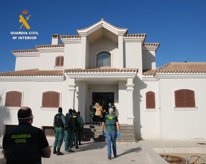 """La Guardia Civil desarticula varias organizaciones dedicada al apoyo logístico de """"narcolanchas"""" y al contrabando de tabaco en el Campo de Gibraltar"""