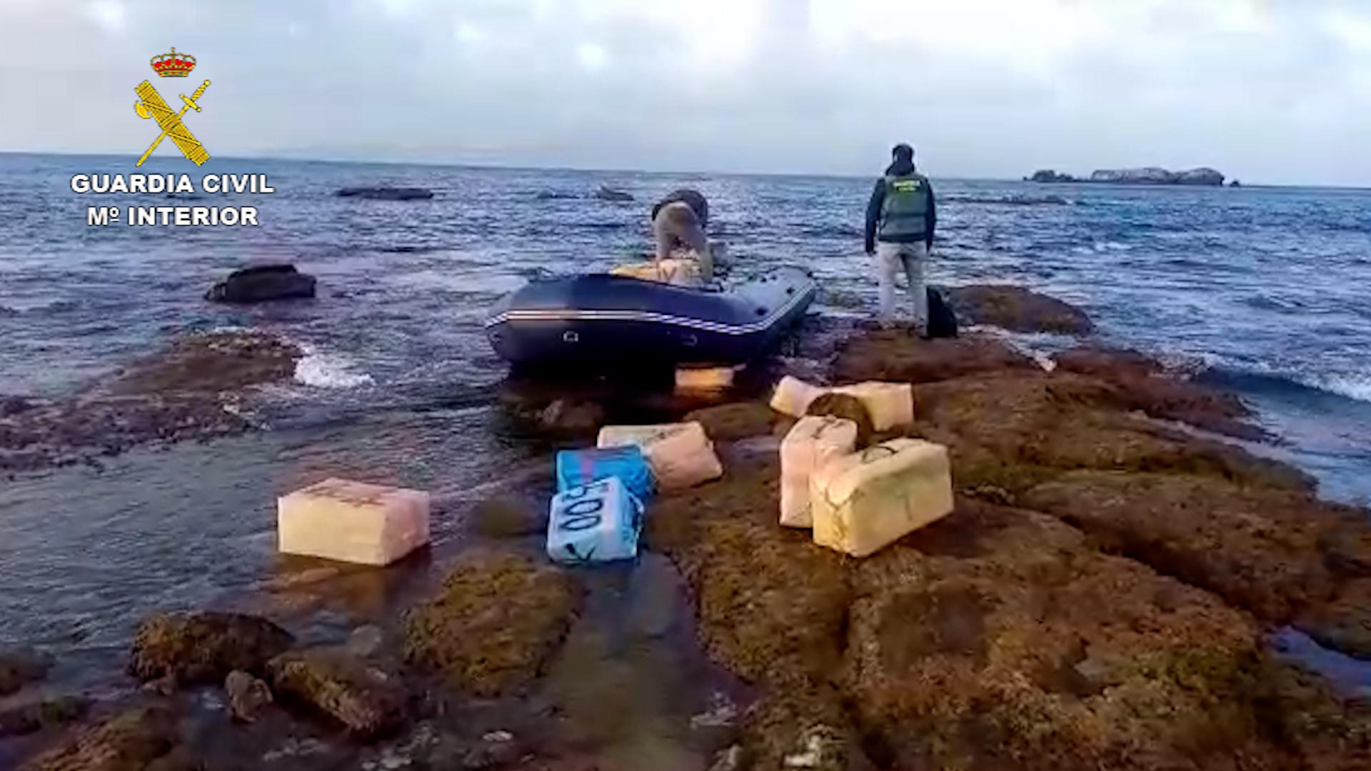 La Guardia Civil de Algeciras ha logrado interceptar dos embarcaciones deteniendo a sus tripulantes e incautando cerca de 3.900 kilos de hachís y 50 petacas con 1.200 litros de gasolina