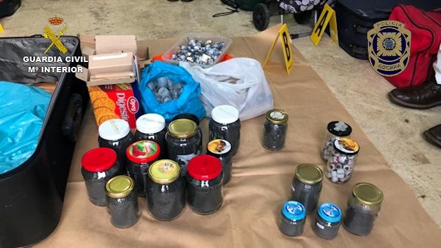 Las autoridades portuguesas entregan a las autoridades españolas el material intervenido en un depósito logístico de la organización terrorista Resistencia Galega