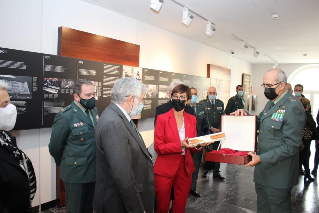 La Directora General entrega al Centro Memorial de las Víctimas del Terrorismo una jamba del armario localizado en la vivienda en la que estuvo secuestrado el empresario Publio Cordón