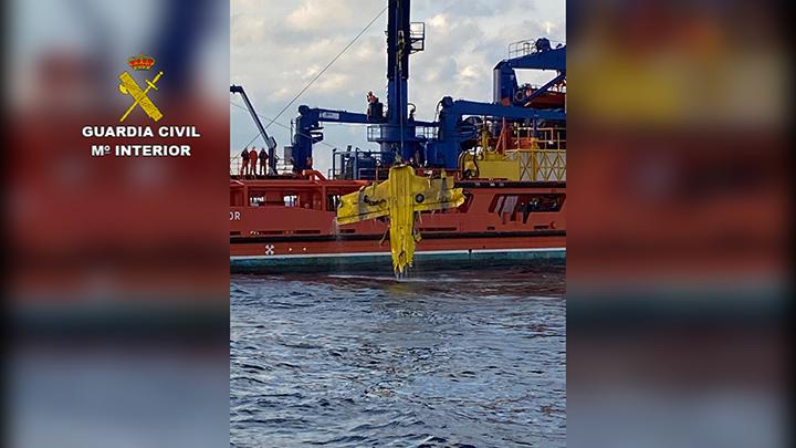 Un operativo conjunto de Guardia Civil y Salvamento Marítimo permite el rescate en el mar del cuerpo del ocupante de una avioneta siniestrada y la retirada de los restos del aparato