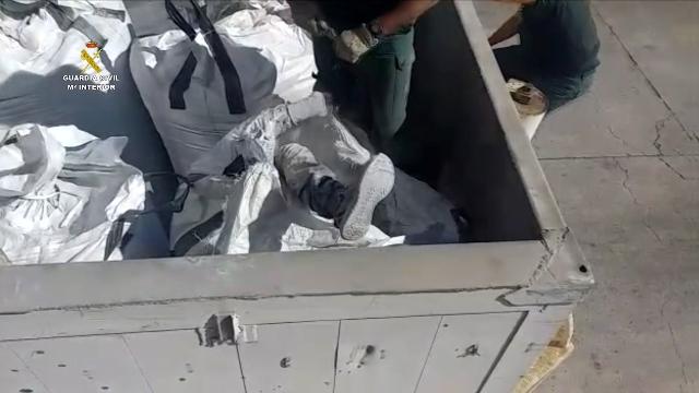 Rescatado en el puerto de Melilla una persona enterrada dentro de un saco que contenía cenizas volantes tóxicas procedentes de la incineradora