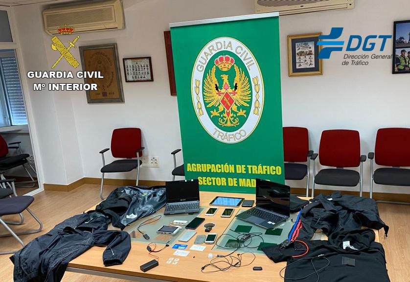 La Guardia Civil desarticula un grupo organizado dedicado a copiar en los exámenes del permiso de conducir
