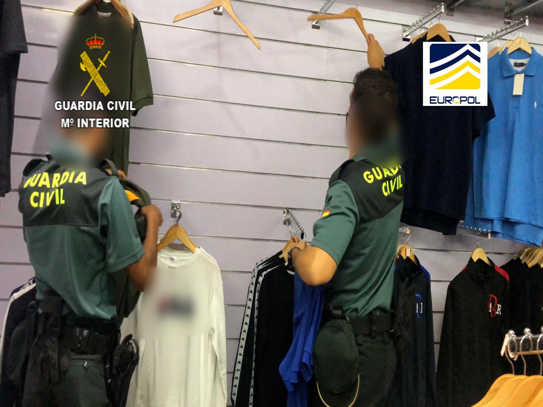 Golpe en La Jonquera a una organización delictiva dedicada a la falsificación, distribución y venta de productos falsificados