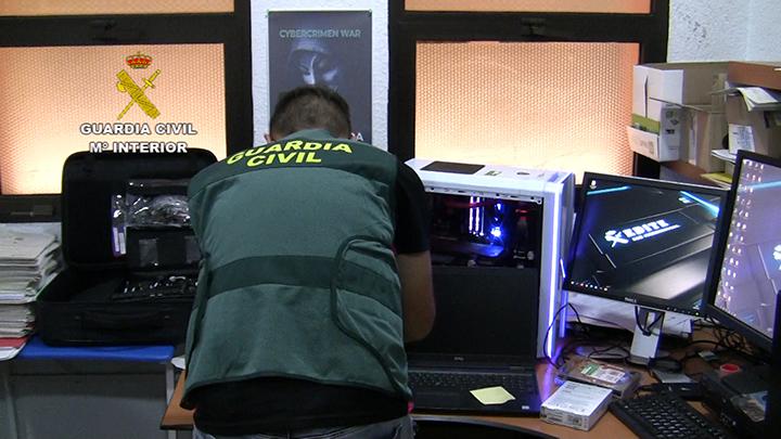 La Guardia Civil disuelve grupos de más de 100.000 miembros de una conocida app de mensajería dedicados al carding en una operación contra el fraude informático