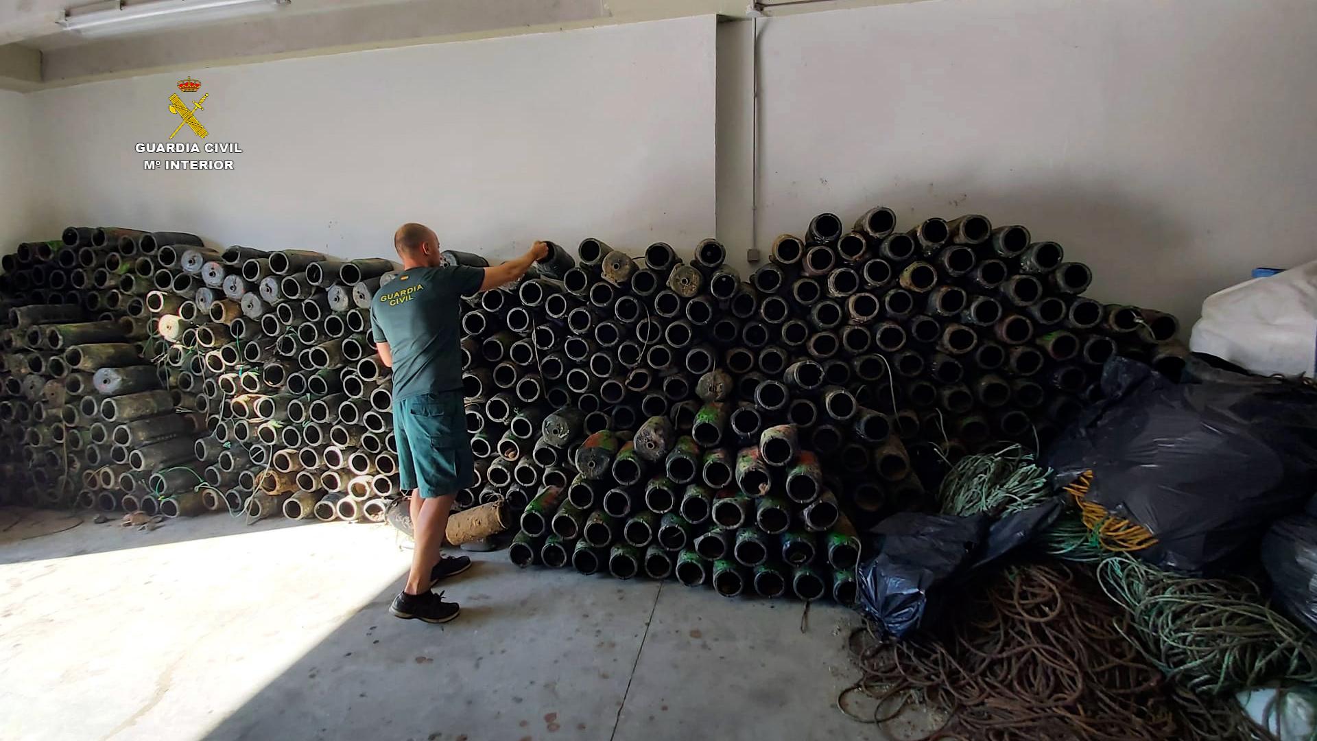 """La Guardia Civil libera más de 260 kilos de pulpos vivos atrapados en """"nasas"""" ilegales propiedad de un furtivo en Santoña"""