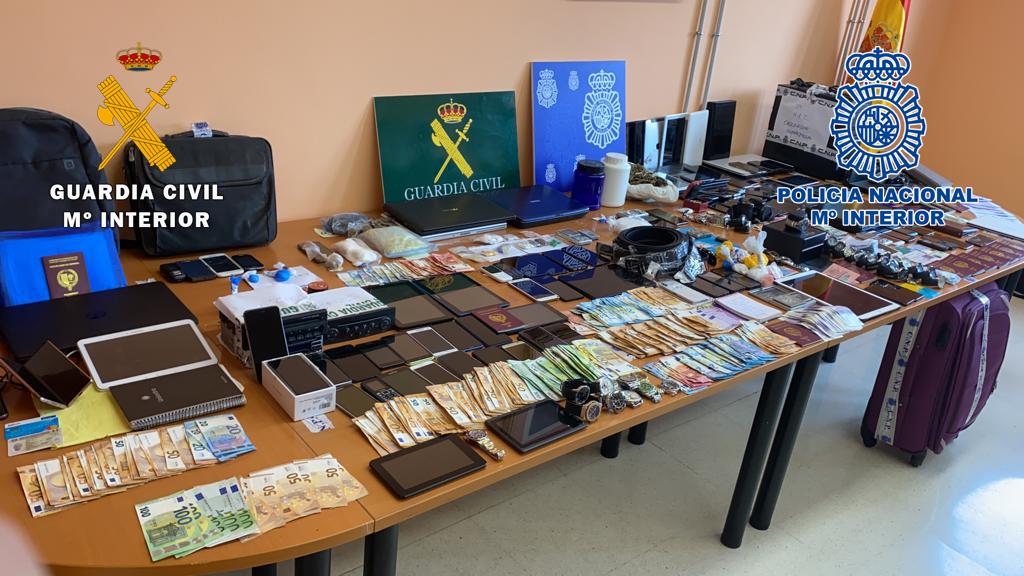 Desarticulada en Tenerife a una organización criminal dedicada a pasar migrantes con documentación falsa hacia la península