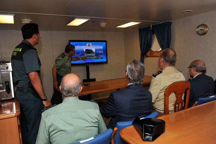 """SM el Rey visita el buque oceánico de la Guardia Civil """"Río Segura"""" y el Centro Regional de Vigilancia Marítima del Estrecho en Algeciras"""