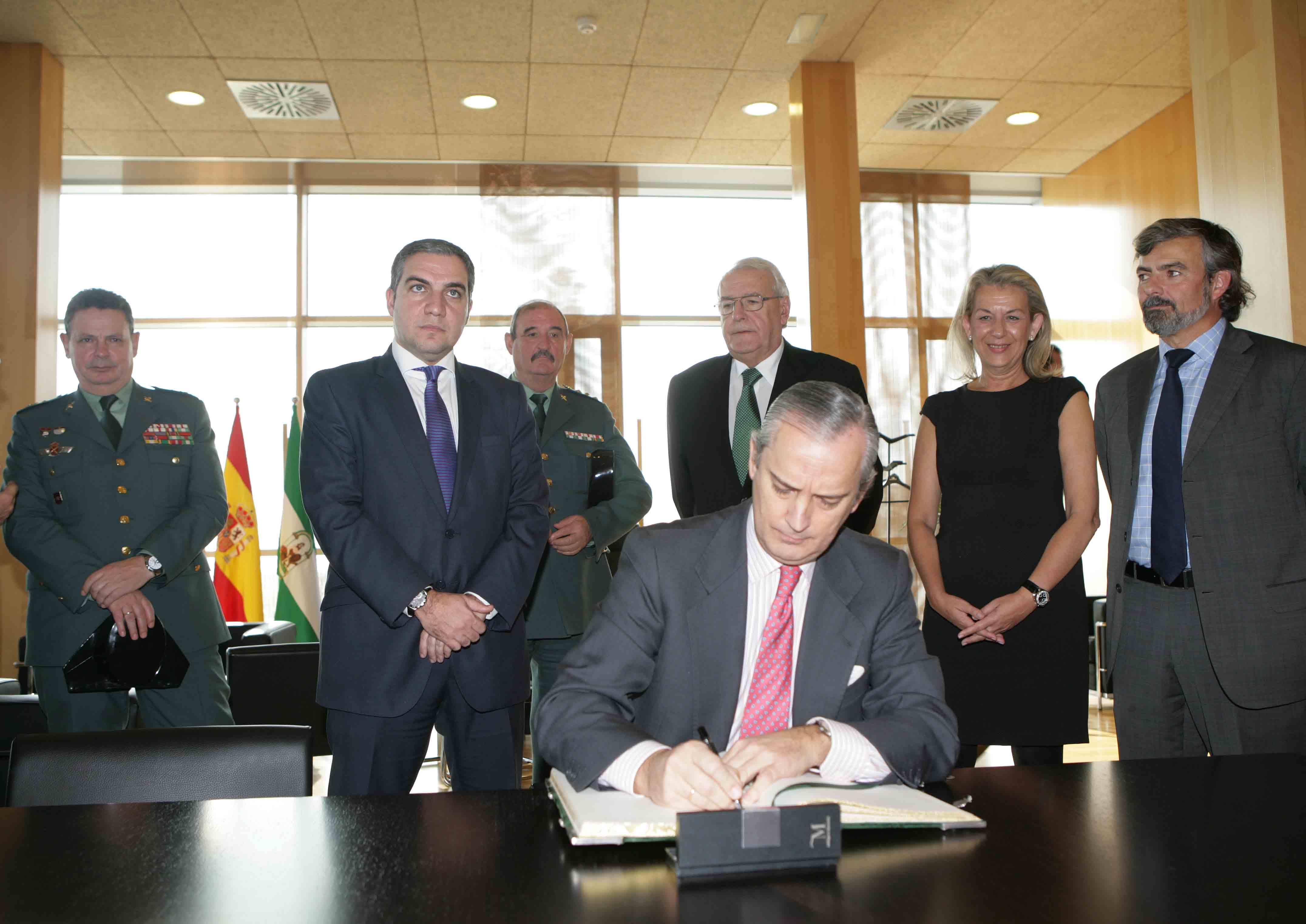 Arsenio Fernández de Mesa firma el Libro de Honor de la Diputación Provincial de Málaga.