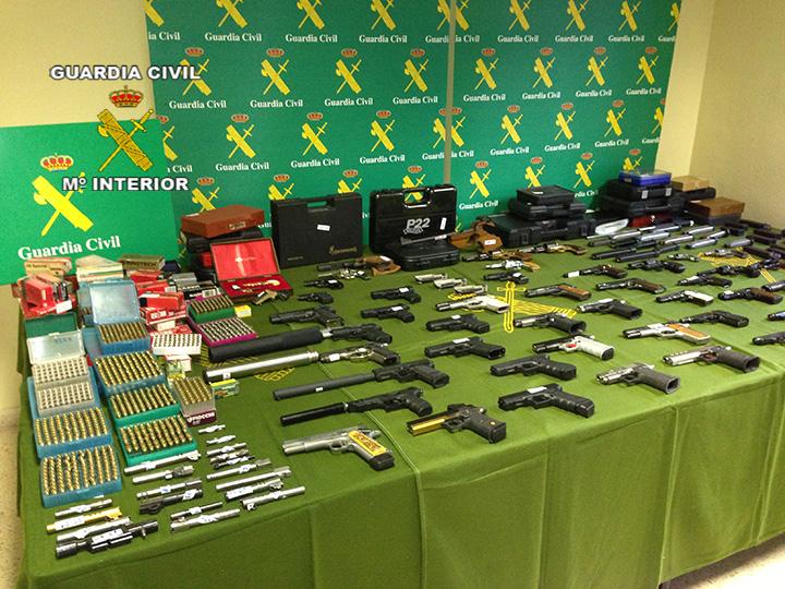 La Guardia Civil desarticula una organización criminal  dedicada al tráfico de armas en el mercado negro
