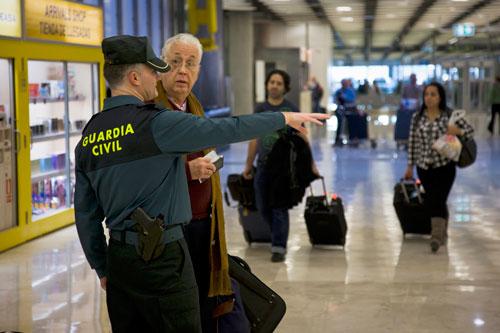 Guardia Civil dando indicaciones a un ciudadano