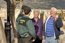 Guardias Civiles explicando sus derechos a ciudadanos